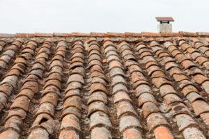 Tuiles cassées sur une toiture mal entretenue dans le Var.