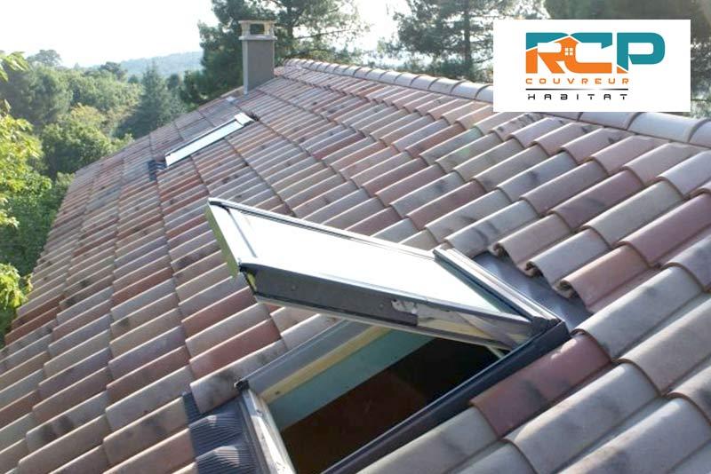 Pose de fenêtre de toit Velux